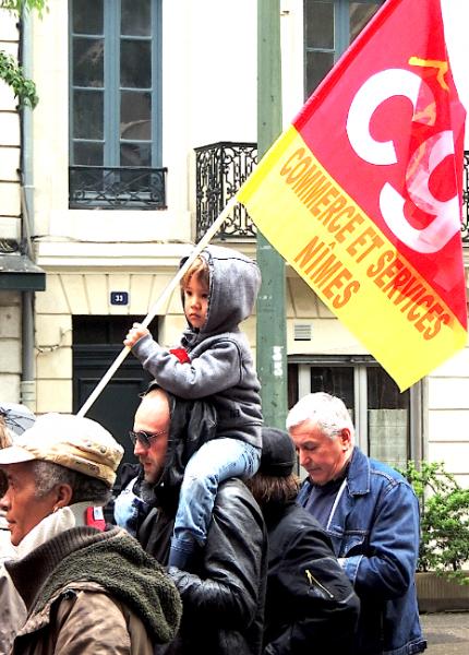 Un enfant qui porte une banderole, quelle irresponsabilité!