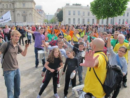 A Grenoble on réquisitionne même les enfants pour accompagner en musique le défilé! (images Dauphiné libéré)