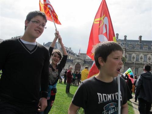 A Greniole toujours, on oblige cet enfant à porter un drapeau de la CGT.